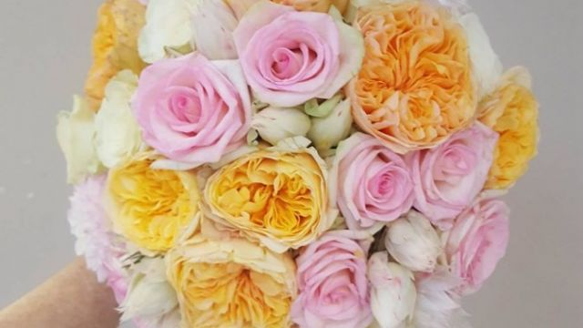 PEACH AND PINK COLOURS IN A WEDDING BOUQUET